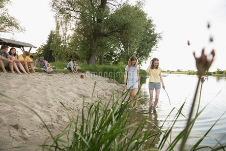 Girls playing in summer lakeの写真素材 [FYI02321945]
