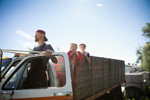 Father farmer and children in truck on farmの写真素材 [FYI02322291]