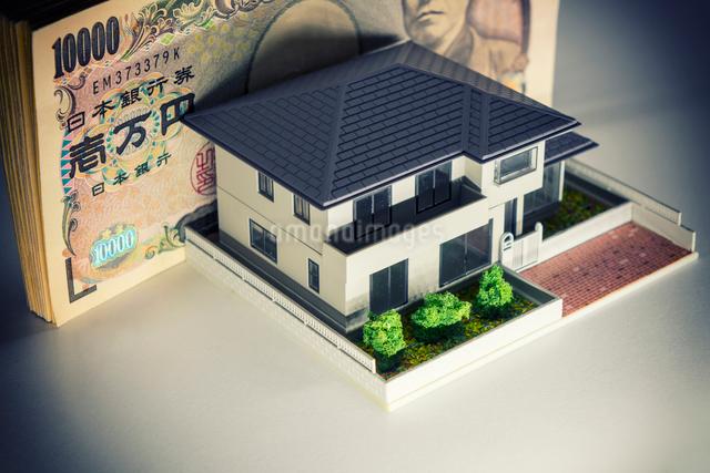 札束と家の模型の写真素材 [FYI02322580]