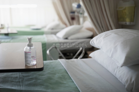 Antibacterial bottle on tray over hospital bedの写真素材 [FYI02323483]