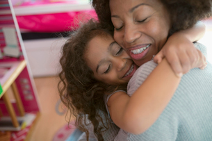 Affectionate mother and daughter huggingの写真素材 [FYI02323633]