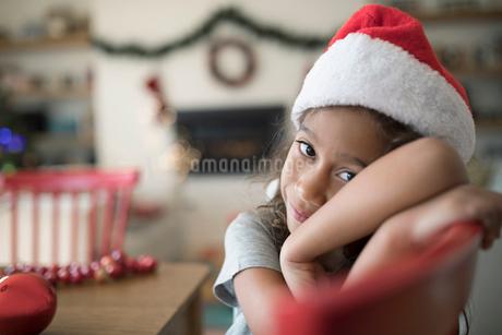 Portrait cute, innocent girl in Christmas Santa hatの写真素材 [FYI02323764]