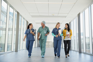 Surgeon, doctor and nurses talking and walking in hospital corridorの写真素材 [FYI02324178]