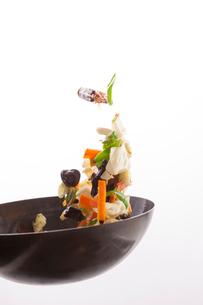 白バックで野菜炒めをあおるの写真素材 [FYI02324511]