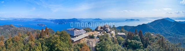 ドローンによる弥山山頂の展望台の写真素材 [FYI02324633]