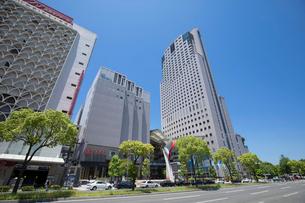 基町クレドふれあい広場と鯉城通りの写真素材 [FYI02324648]