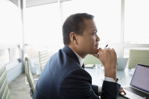 Focused, attentive businessman listening in conference room meetingの写真素材 [FYI02324985]