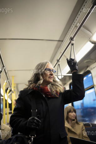 Thoughtful mature businesswoman commuter riding busの写真素材 [FYI02325077]