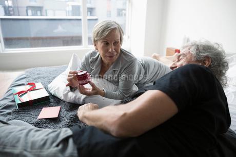 Senior couple opening Valentineの写真素材 [FYI02325213]