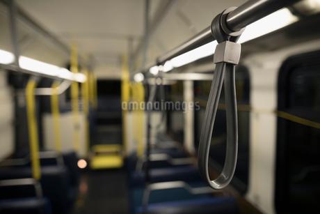 Strap hanging on empty busの写真素材 [FYI02325355]