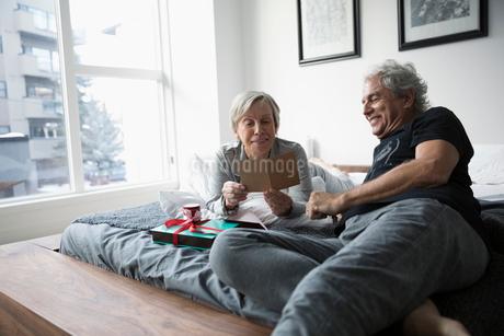 Happy senior couple opening Valentineの写真素材 [FYI02325540]