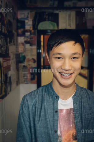 Portrait smiling, confident Asian tween boy with bracesの写真素材 [FYI02325849]