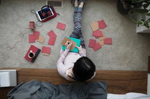 Overhead view woman writing Valentineの写真素材 [FYI02325899]