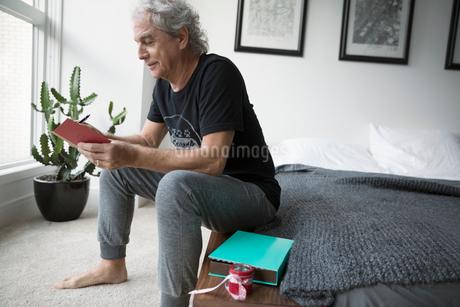 Casual senior man in pajamas opening Valentineの写真素材 [FYI02325962]