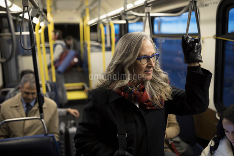 Thoughtful mature businesswoman commuter riding busの写真素材 [FYI02325968]