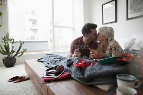 Affectionate, romantic couple kissing and opening Valentineの写真素材 [FYI02326068]
