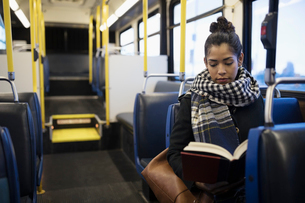 Woman commuter reading book on busの写真素材 [FYI02326259]