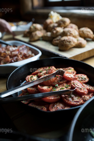 Still life roasted tomatoes in cast iron skilletの写真素材 [FYI02326426]