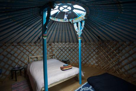 Round window over bed in yurtの写真素材 [FYI02326446]