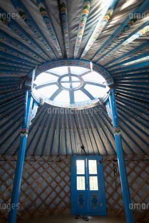 Round window in yurtの写真素材 [FYI02326448]