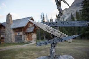 Rustic, wooden signpost outside log cabin lodgeの写真素材 [FYI02326458]