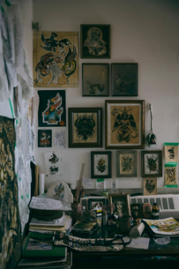 Framed tattoo drawings hanging on wall in tattoo studioの写真素材 [FYI02326498]