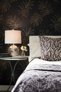 Home showcase bedroom with bedside lampの写真素材 [FYI02326533]
