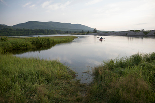 Man canoeing on tranquil, remote wilderness lakeの写真素材 [FYI02326540]