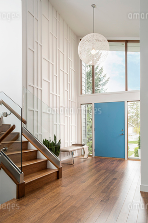 Home showcase mid-century modern foyerの写真素材 [FYI02326541]