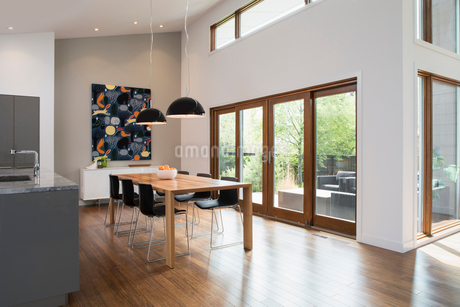 Dining table with pendant lightsの写真素材 [FYI02326555]