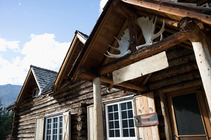 Rustic log cabin lodge entrance with moose antlersの写真素材 [FYI02326565]