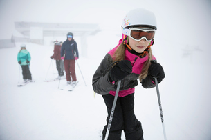 Portrait confident girl skier skiing in snowの写真素材 [FYI02326659]