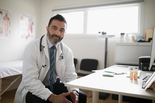 Portrait serious, confident male doctor in doctorの写真素材 [FYI02326717]