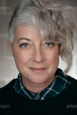 Portrait confident, cool mature womanの写真素材 [FYI02326777]
