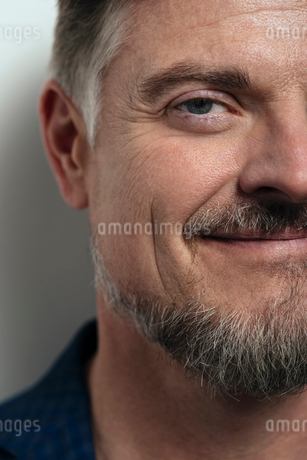 Close up portrait smiling, confident mature man with beardの写真素材 [FYI02326796]