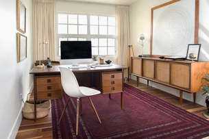 Mid-century modern home officeの写真素材 [FYI02326813]