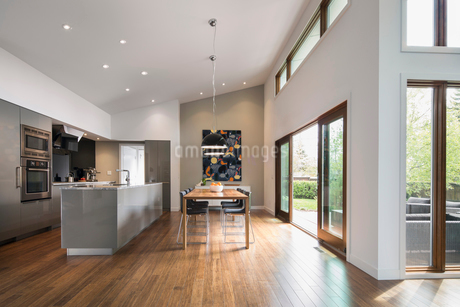 Home showcase open plan kitchen and dining roomの写真素材 [FYI02326817]