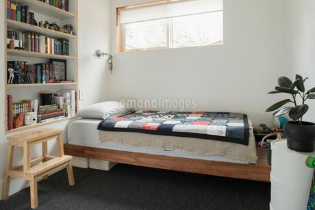 Bedroom and bookshelves in childの写真素材 [FYI02326830]