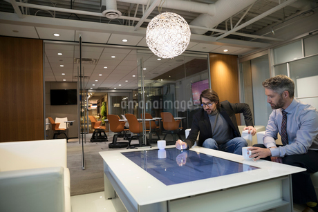 Businessmen meeting, using interactive touch table in officeの写真素材 [FYI02326855]