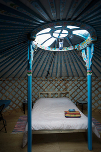 Round window over bed in yurtの写真素材 [FYI02326858]