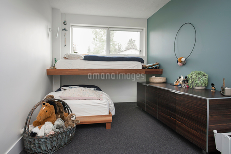 Bunk beds, dresser and stuffed animals in childの写真素材 [FYI02326867]