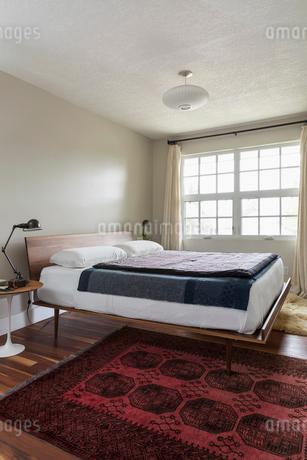 Bed in bedroomの写真素材 [FYI02326872]