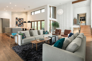 Home showcase mid-century modern open plan living roomの写真素材 [FYI02326884]