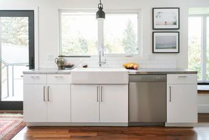 White home showcase kitchen with farmhouse sinkの写真素材 [FYI02327057]