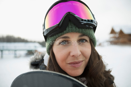 Portrait confident female snowboarderの写真素材 [FYI02327068]