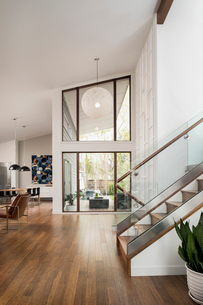 Home showcase mid-century modern foyerの写真素材 [FYI02327226]