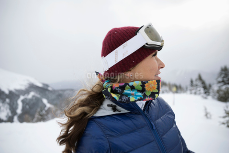 Female skier looking away in snowの写真素材 [FYI02327261]