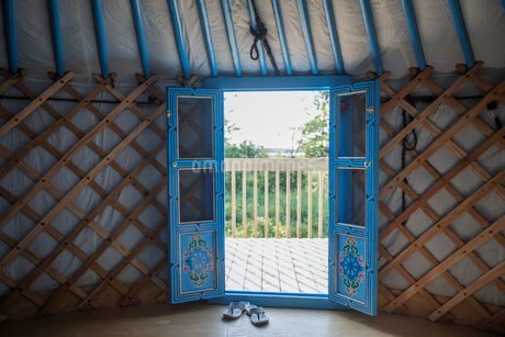 French doors open in yurtの写真素材 [FYI02327361]