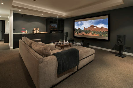 Movie playing on projection screen in home theaterの写真素材 [FYI02327433]