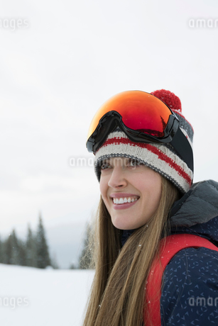 Portrait smiling, confident female skierの写真素材 [FYI02327450]